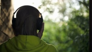 Woman listening to music outdoor — Stock Video