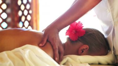 Woman getting back and shoulder girdle massage — Stock Video