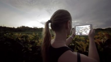 Woman outdoor using tablet PC to make photos of nature scenes — Vídeo Stock