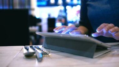 Woman typing message or e-mail on pad in cafe — Stock Video