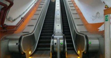 Empty underground escalator moving up — Stock Video