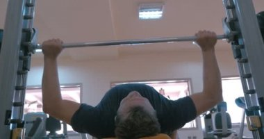 Strong man working on bench press — Stock Video