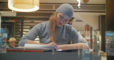 Woman in cafe working with pad and taking notes — Stock Video