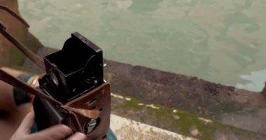 Female tourist taking shots of architecture with retro camera — Stok video