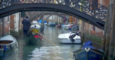 Gondola with tourists sailing on Venetian canal — Stock Video