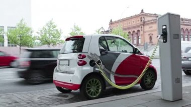 Electric car at charging station in the street — Stock Video
