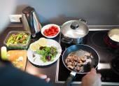 Cozinhar saboroso jantar de família em casa — Fotografia Stock