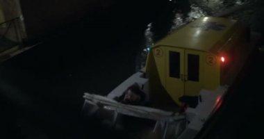 Ambulance motor boat sailing in Venice at night — Stock Video