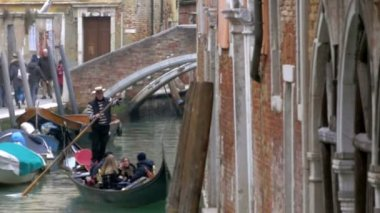 Gondolier Diverting a Gondola Boat with Tourists — Stock Video