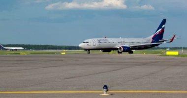 Timelapse of passenger planes on takeoff strip — Stock Video