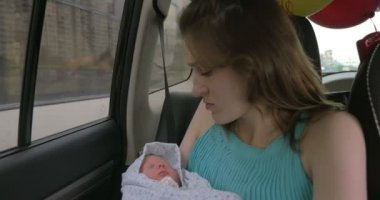 They go home from maternity hospital — Stock Video