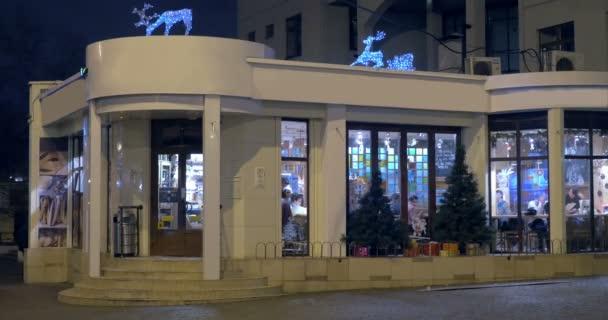Cafe gebouw met kerstdecoratie bij nacht stockvideo danr13 81245430 - Decoratie gevelhuis buitenkant ...