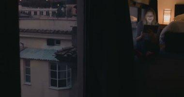 Kobieta wideo rozmowy w domu w godzinach wieczornych — Wideo stockowe