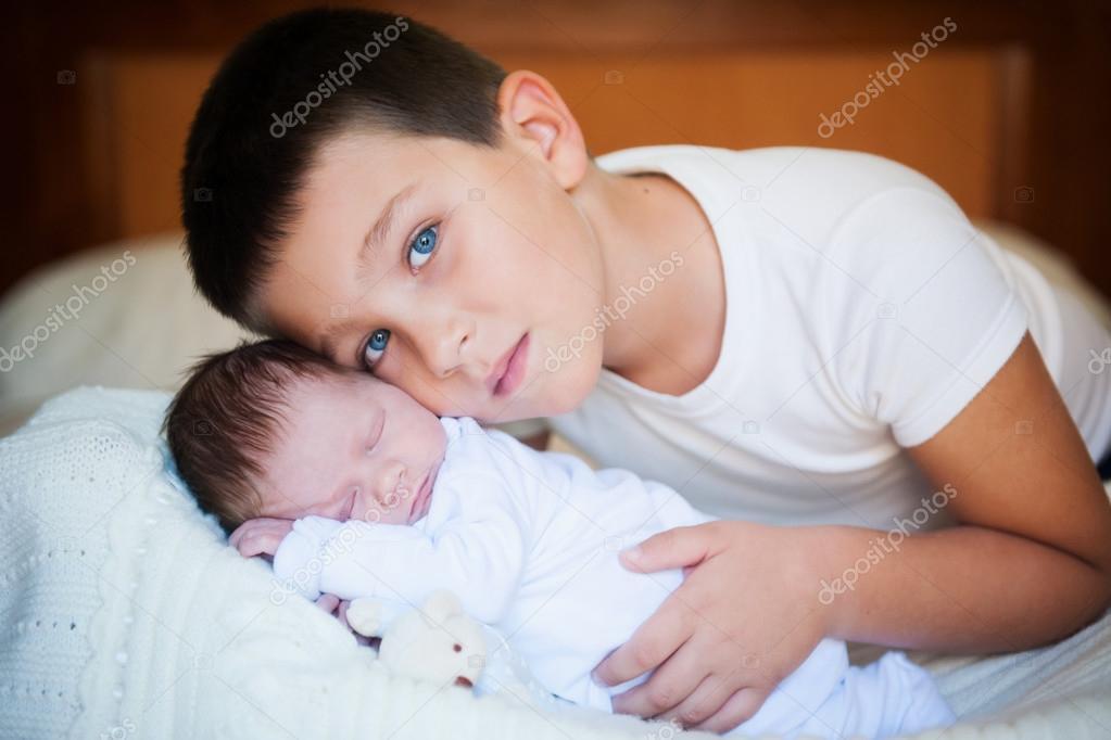 Старший брат трахнул младшую сестру 4 фотография