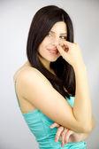 Prachtige verlegen brunette vrouw die lacht in studio — Stockfoto