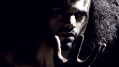 Mann in der dunkelheit — Stockvideo