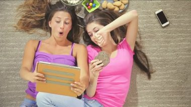 Funny female teenagers — Stock Video