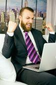 Прохладный деловой человек, празднует победу — Стоковое фото