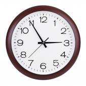 Round clock shows five minutes to three — Photo