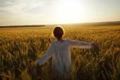 Woman in a field of ripe wheat — Stock Photo
