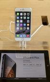 IPhone 6 Plus 5.5 inch retina HD on display — Stock Photo
