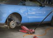 Car vehicle service in garage, changing tire,brakes — Stockfoto