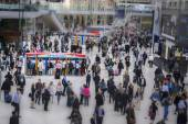 London, England - May 11th, 2015 The busy concourse of Waterloo Railway Station — Stock Photo