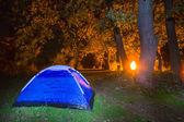 Campamento turístico la noche — Foto de Stock