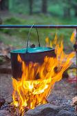Caldero turístico en un incendio — Foto de Stock