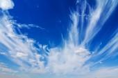 Mavi bulutlu gökyüzü arka plan — Stok fotoğraf