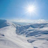 Winter snowbound hills under a sparkle sun — Stock Photo