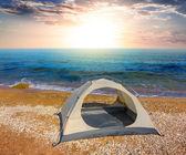 Vita touristic tält på en havet kusten vid solnedgången — Stockfoto