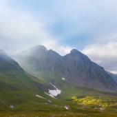 Mistige bergdal — Stockfoto