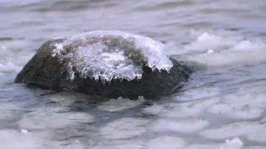 Frozen stone in winter — Stock Video