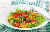 Tomato salad with lettuce, arugala and onions — Stock Photo