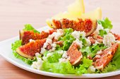Green salad with figs, cheese and walnuts — Stock Photo