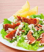 Green salad with figs, cheese and walnuts — Stockfoto