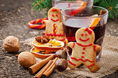 Mulled wine, spices and gingerbread cookie — Stock Photo