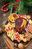 Mulled wine, spices and gingerbread cookie — Stockfoto