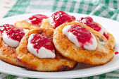 Pancakes of cottage cheese with sour cream and raspberry jam — Stock Photo