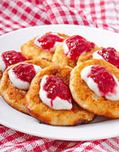 Pancakes of cottage cheese with sour cream and raspberry jam — Stok fotoğraf