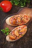 Bruschetta met mosselen, kaas en tomaten — Stockfoto