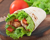 Fresh tortilla wraps with chicken nuggets and vegetables — Stock Photo