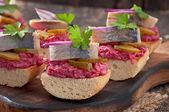 Smörgåsar med sill, rödbetor och saltgurka — Stockfoto