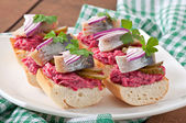 Sandwiches with herring, beetroot and pickled cucumber — Stock Photo