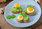 Sandwiches with avocado paste and egg — Stock Photo