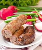 自制的香肠烤在烤箱和沙拉 — 图库照片