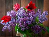 Bouquet of purple  lilac with tulips — Stock Photo
