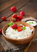 Cottage cheese with strawberries and sour cream — Stock Photo