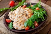 Peito de frango com salada fresca — Fotografia Stock